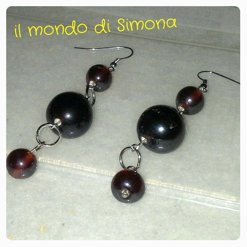 orecchini con perle di vetro rosso scuro in due varianti
