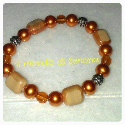 braccialetto elastico con  perle color ambra