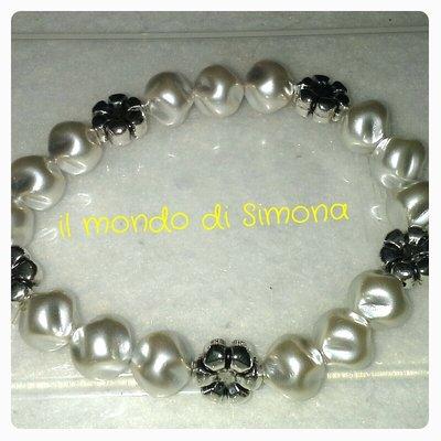 bracciale elastico con perle grigie e charms msrghetita color argento