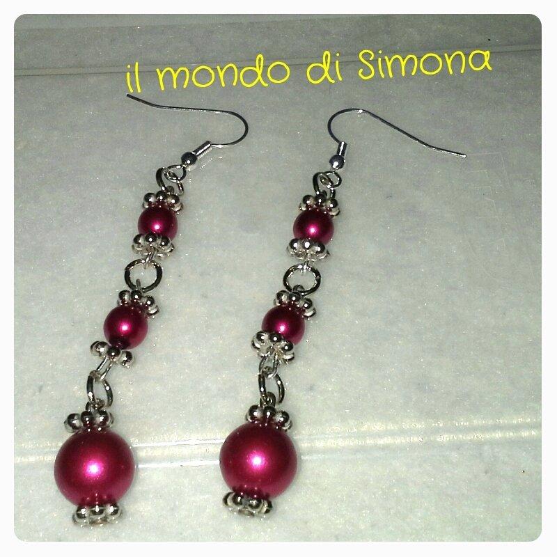 orecchini pendenti color argento con perle rosse