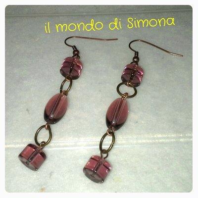 orecchini pendenti con perle di vetro viola in due varianti