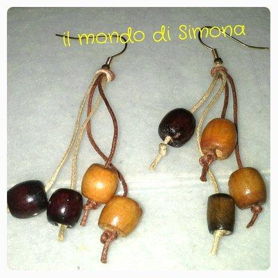 orecchini pendenti di corda marrone e beige con perle di legno