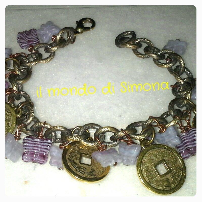 bracciale a catena con pendenti medaglia d'oro e farfalle viola