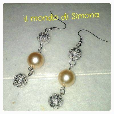 orecchini pendenti con perle bianchi e perle in filigrana color argento