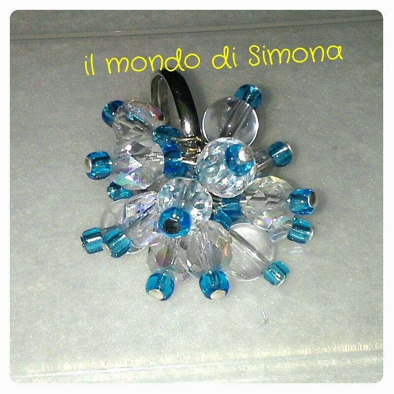 anello con pietr trasparenti e azzurre