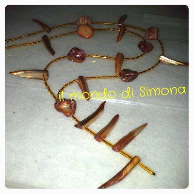 collana con perle tipo conchiglia marroni e perline conteria gialle