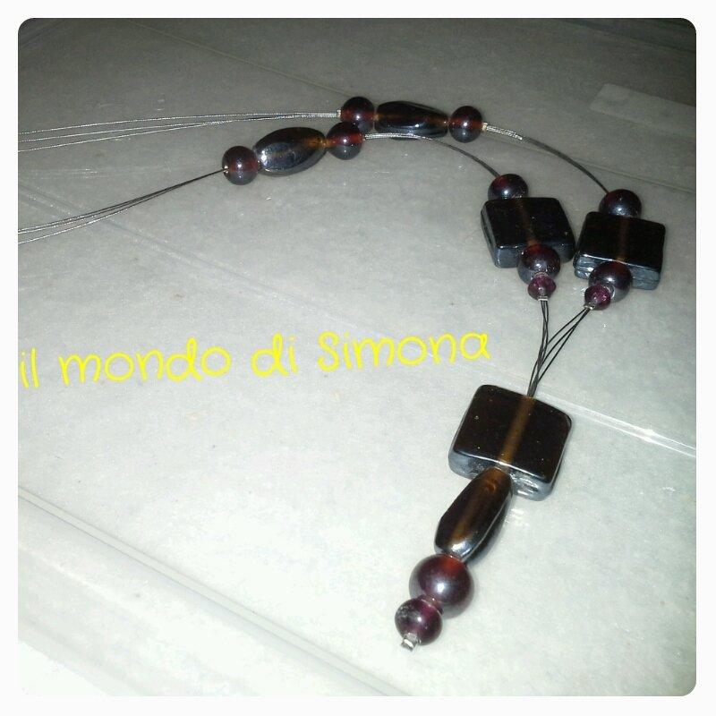 collana pendente con pietre di vetro rosso scuro