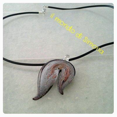 collana in caucciù con pendente di vetro lavorato
