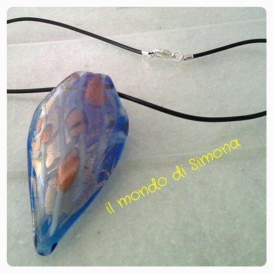 collana caucciù con pendente di vetro azzurro