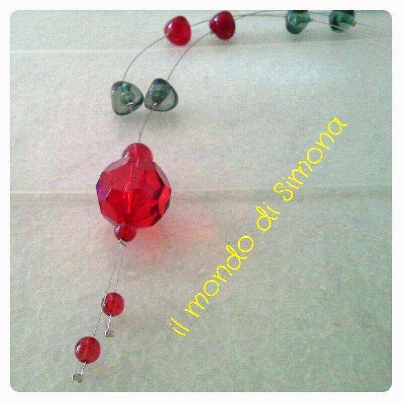 collana con perle di vetro mede rosse e verdi
