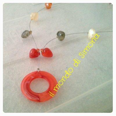 collana multicolore con perle a forma di cuore