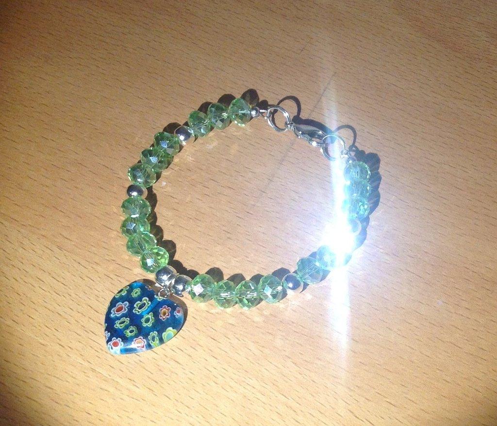 Bracciale in mezzo cristallo verde con perle argentate lisce e ciondolo vetro fiorato a forma di cuore
