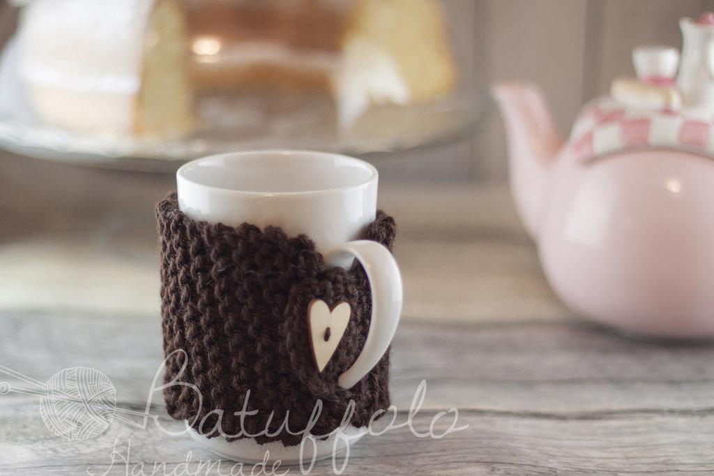 copri tazza - mug fatto a maglia con cuore - speciale San Valentino; BatuffoloHandmade