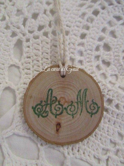 Etichette in legno con iniziali tags per bomboniere for Gaia case in legno
