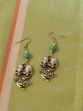 Orecchini monachella  con teschi e perla