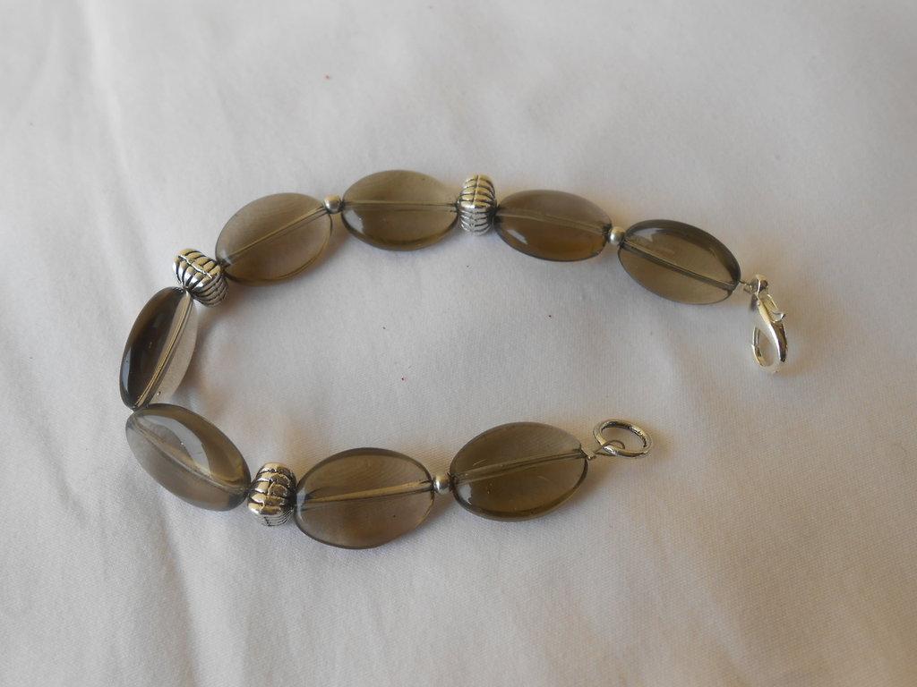 Bracciale fatto a mano con perle sintetiche color fumè e distanziatori in metallo