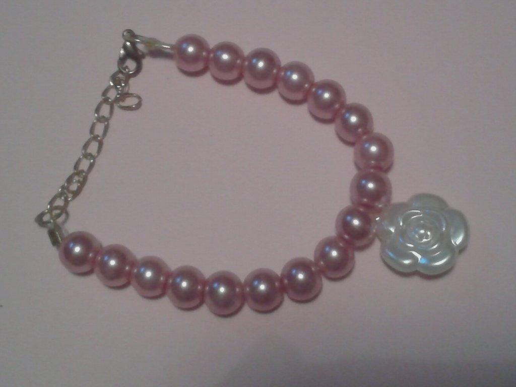 Bracciale di perle con ciondolo con fiocco o rosa