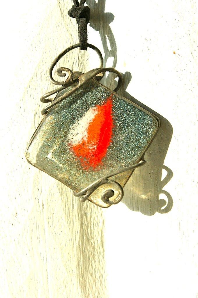 ciondolo in vetrofusione  con forma irregolare color grigio e rosso