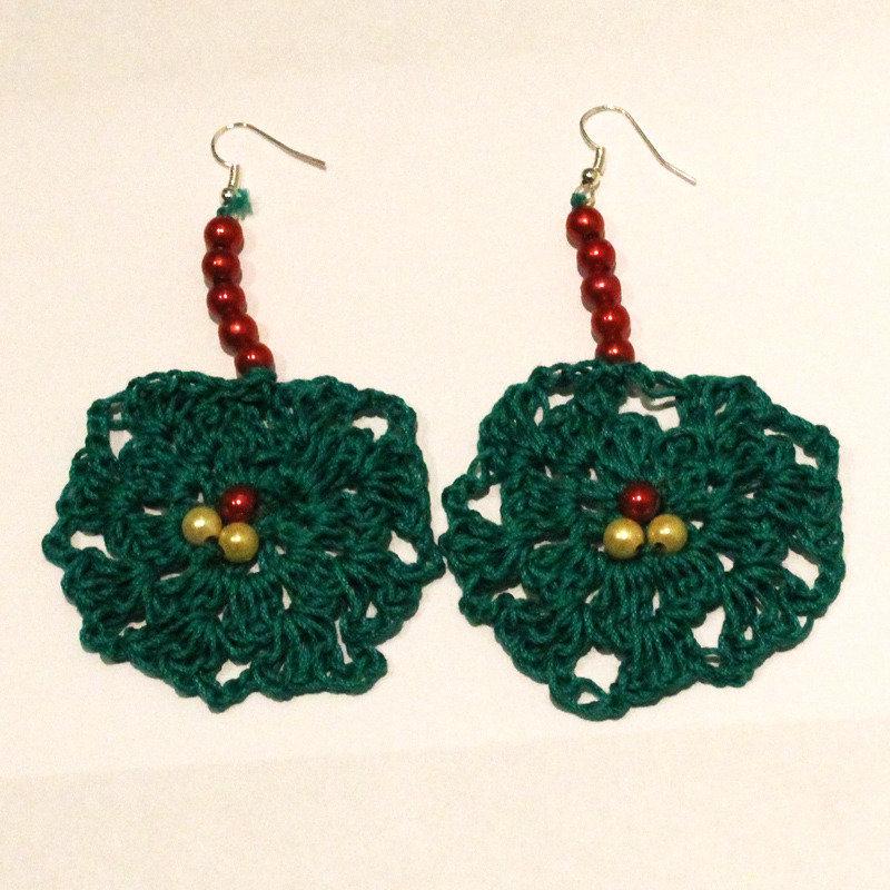 Orecchini uncinetto verdi con perle rosse