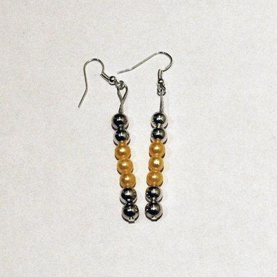 Orecchini con palline color argento e perle gialle