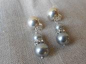Orecchini a clips fatti a mano con perle grigie e strass.