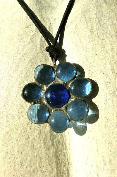 ciondolo in vetrofusione  con forma a fiore color blu