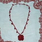 Collana in Lamè rosso porpora realizzata all'uncinetto.