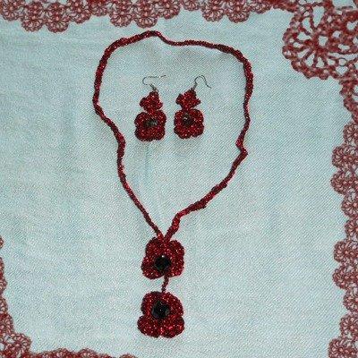 Parure collana e orecchini in Lamè rosso porpora, all'uncinetto.