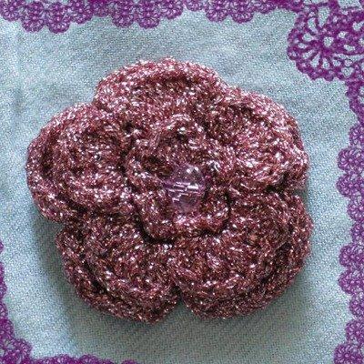 Spilla in Lamè rosa, realizzata all'uncinetto.