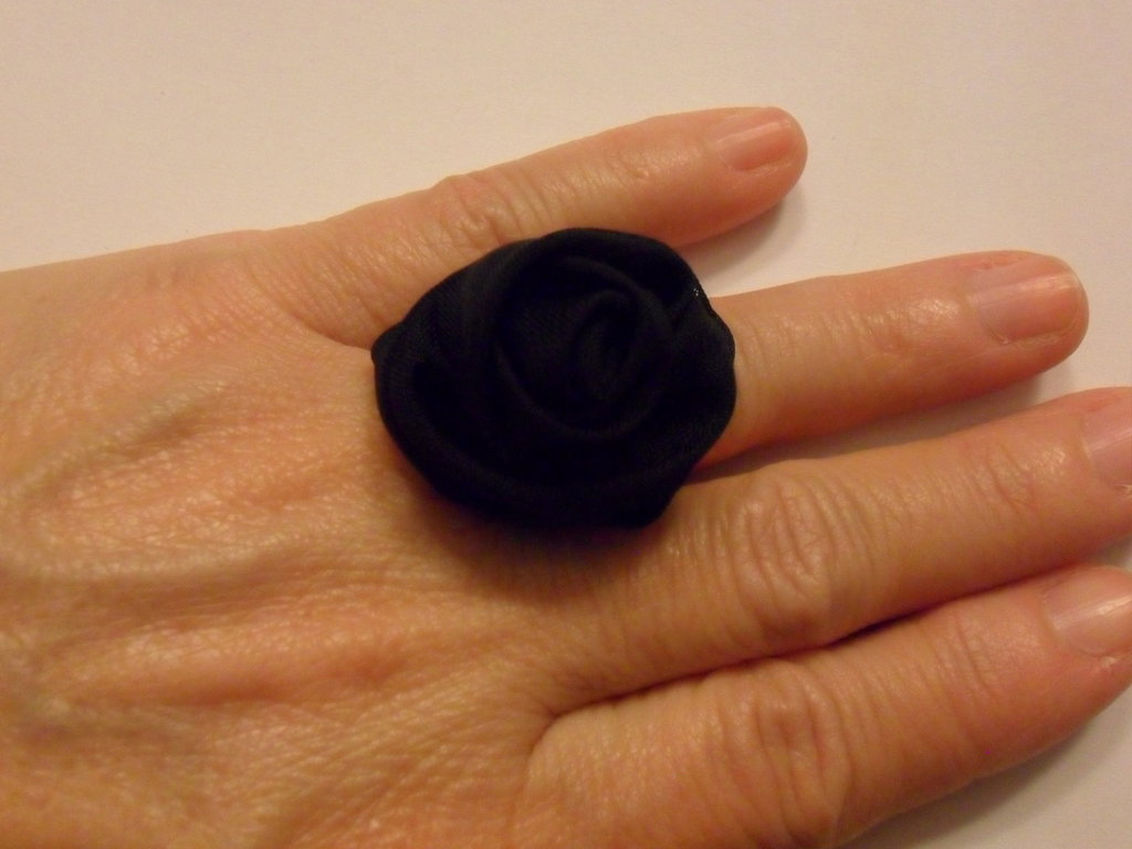 Anello con rosa nera