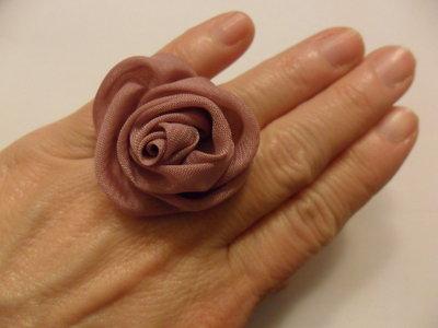 Anello con rosa rosa