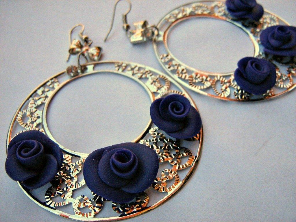 """Orecchini """"Chiccosi"""" pendenti  con roselline in fimo viola"""