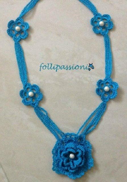 Collana azzurra uncinetto e perle