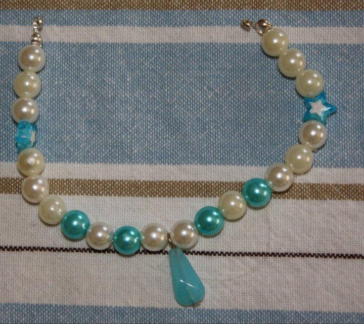 Bracciale perle bianche e turchesi, con goccia