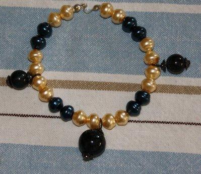 Bracciale perle crema e nere/verdi