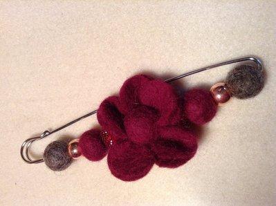 Spilla in lana cotta