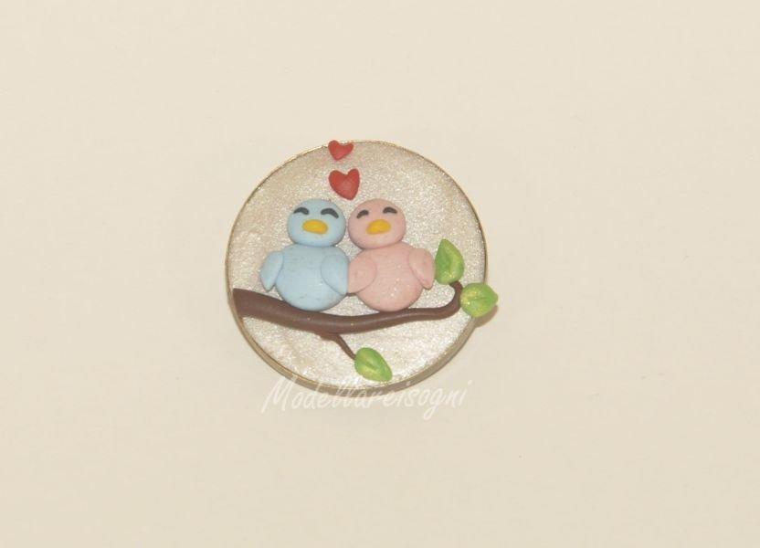 Spilla Uccellini Innamorati - Elegante e Chic Spilla per Sciarpa, Giacca o Borsa con Due Uccellini su un Ramo