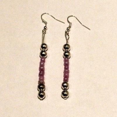 Orecchini con palline color argento e viola