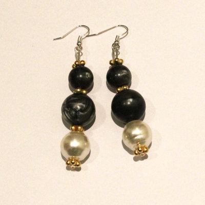 Orecchini con perle grigie e bianche