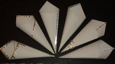 coni per riso decorati a mano in cartoncino panna con strass