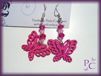 Orecchini pendenti in legno - farfalle fucsia