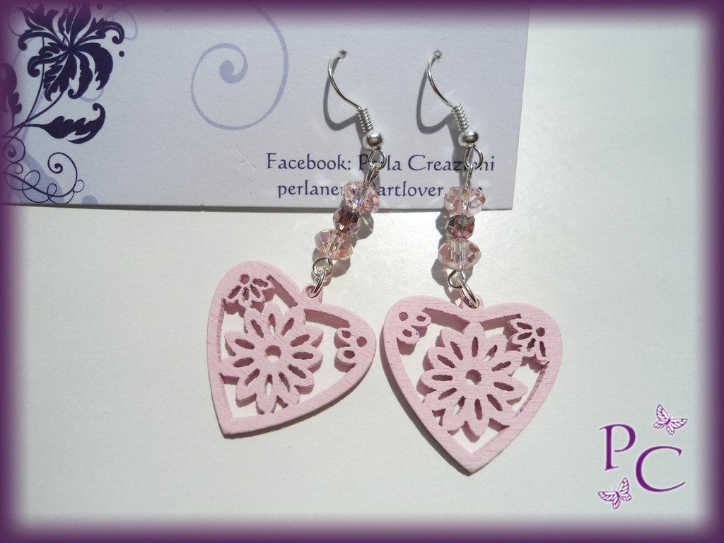Orecchini pendenti in legno - cuori rosa