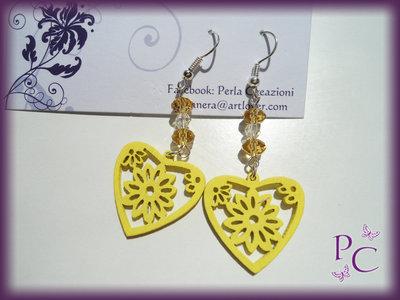 Orecchini pendenti in legno - cuori gialli