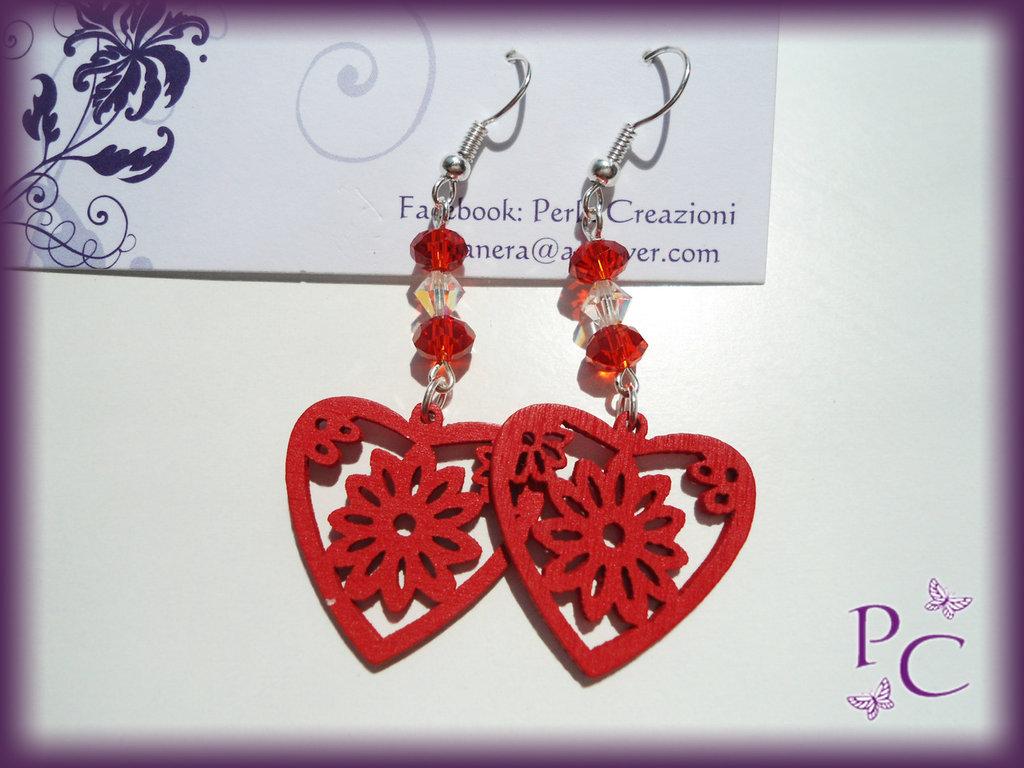 Orecchini pendenti in legno - cuori rossi