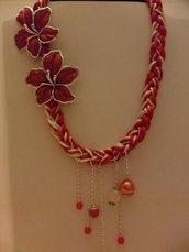 Collana rossa con fiori