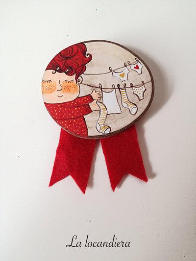 Spilla in legno dipinta a mano - La locandiera Mirandolina