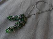 Collana fatta a mano con catena annodata e pendente  con  madreperle  e cristalli verdi.