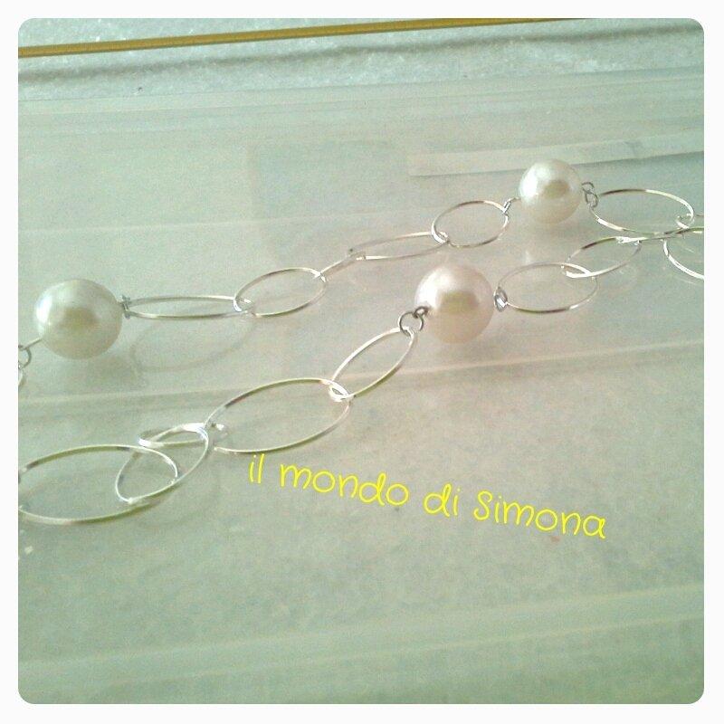 collana con catena color argento e perle