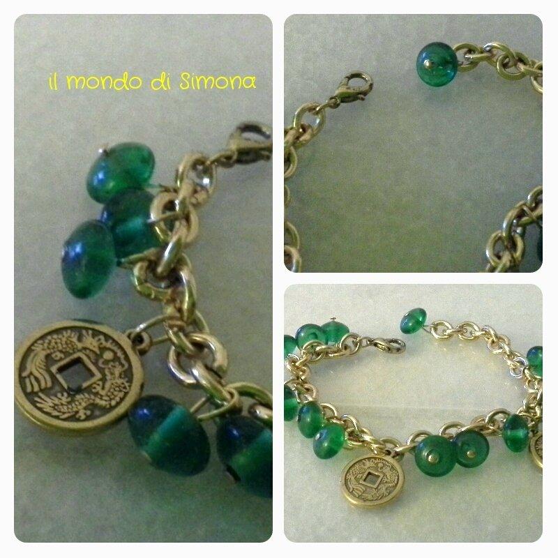 bracciale color oro maglia a catena con pendenti di perle di vetro verde e medaglie