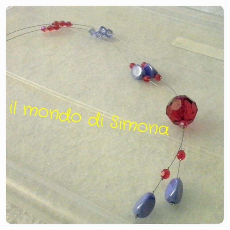 collana di filo di acciaio con perle di vetro rosse e azzurre